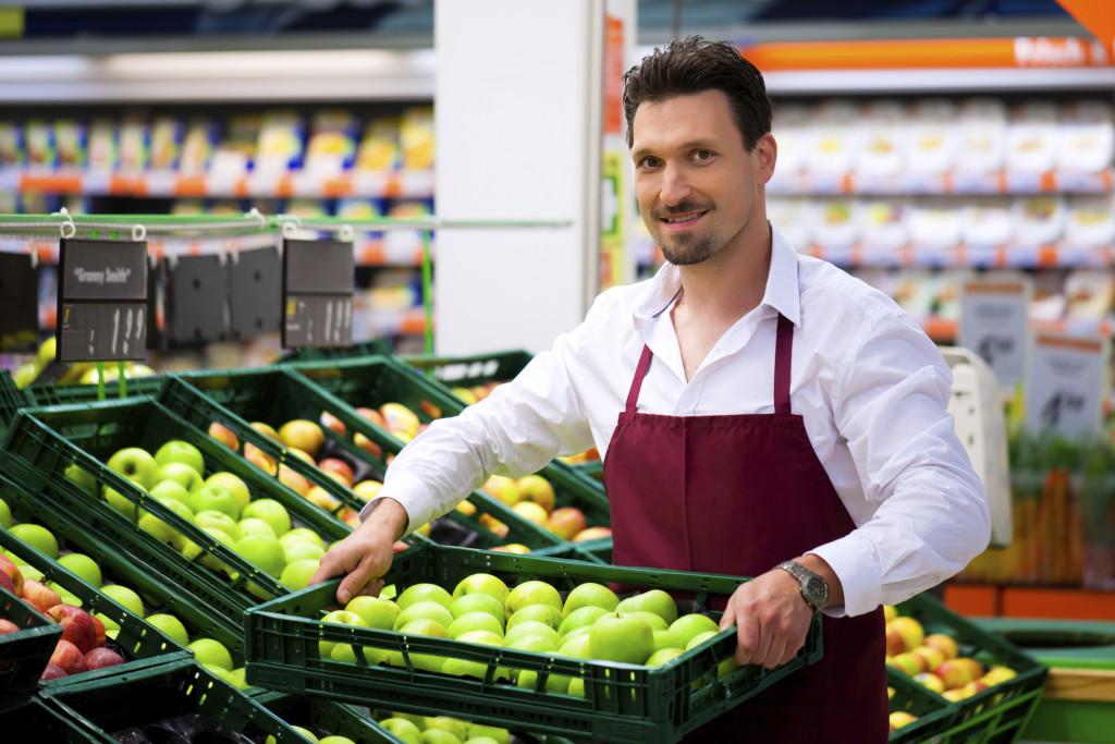 Дружелюбный персонал формирует положительный образ продуктового магазина и помогает продажам