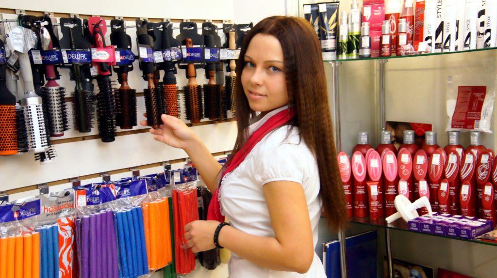 Продавцы магазина косметики должны хорошо знать предлагаемый товар