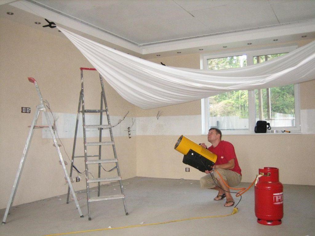 Процесс монтажа готового потолка