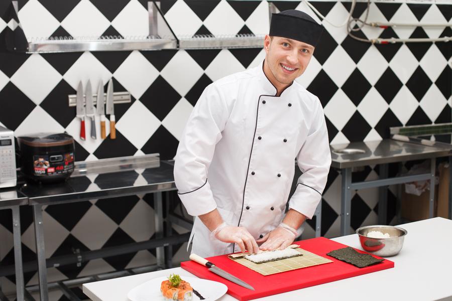 Повар должен иметь опыт приготовления суши
